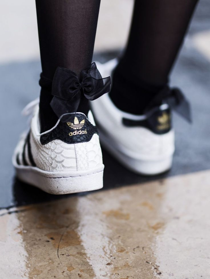 Kiss kiss bang bang - Sneakers baskets Adidas superstar snake python - Noeud bow cute socks chaussettes Calzedonia - look outfit tenue style mode fashion femme woman 2017  http://www.byopaline.com/look-bomber-jupe-sneakers/