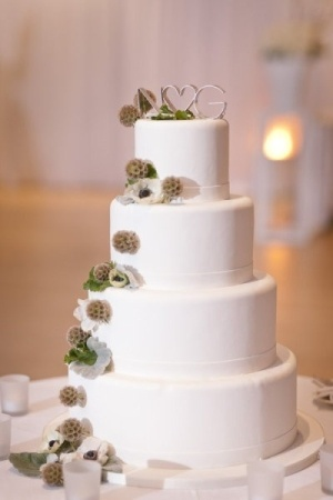 I love the simple elegance of this wedding cake