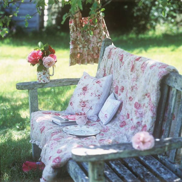shabby inspiration to dream: Outdoor Living, Shabby Chic, Cottages Looks, Romantic Gardens, Places, Backyard Retreat, Outdoor Area, Gardens Benches, Shabby Cottages