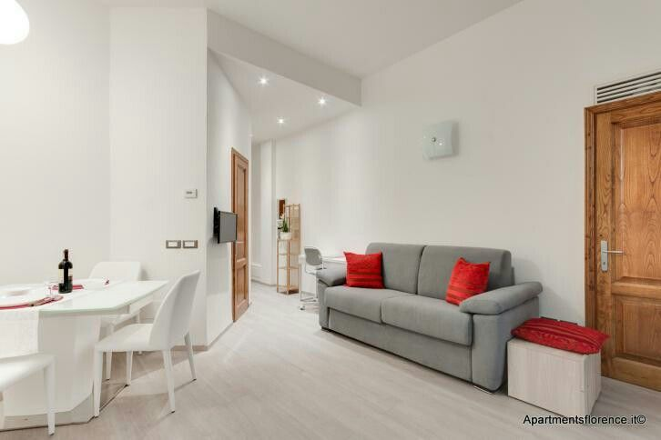 This week's choice is Piccola Pergola: a charming and modern apartment, with lovely private #patio, nestled between the #Duomo and Sant'Ambrogio.  Would you like to stay here? Let us know in the comments! Info: http://www.apartmentsflorence.it/Piccola-Pergola.html  #apartmentsflorence #rental #apartment #italy #florence #firenze #interiordesign #pergola #corte #appartamento #holiday #travel #interiors #design