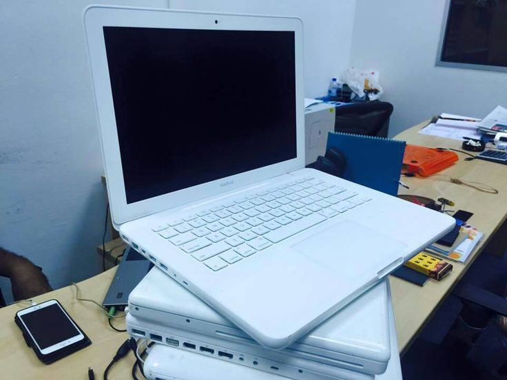 Edisi romadhon DI JAMIN MURAH MACBOOK white CORE 2duo 2GHZ  HDD 250gb, RAM 2GB  Display 13 inch  Battery normal 2 jam  Harga 2.850jt FREE ONGKIR #macbookwhite #core2duo #gratisongkir #apple #notebook #laptop #murah