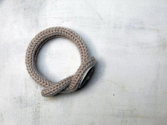 Braccialetto in lana con bottone in porcellana. Beige chiaro.