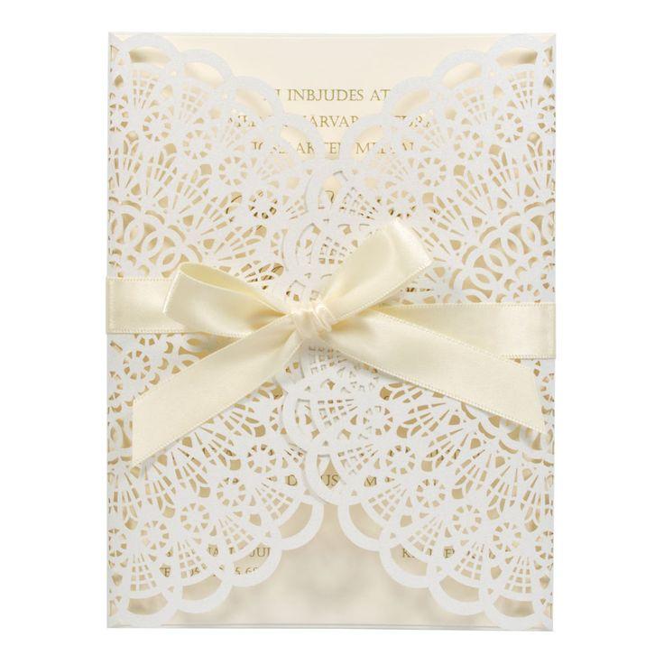 Ett bedårande romantiskt kort med en vaniljfärgad inlaga, omsluten av ett genombrutet spet...