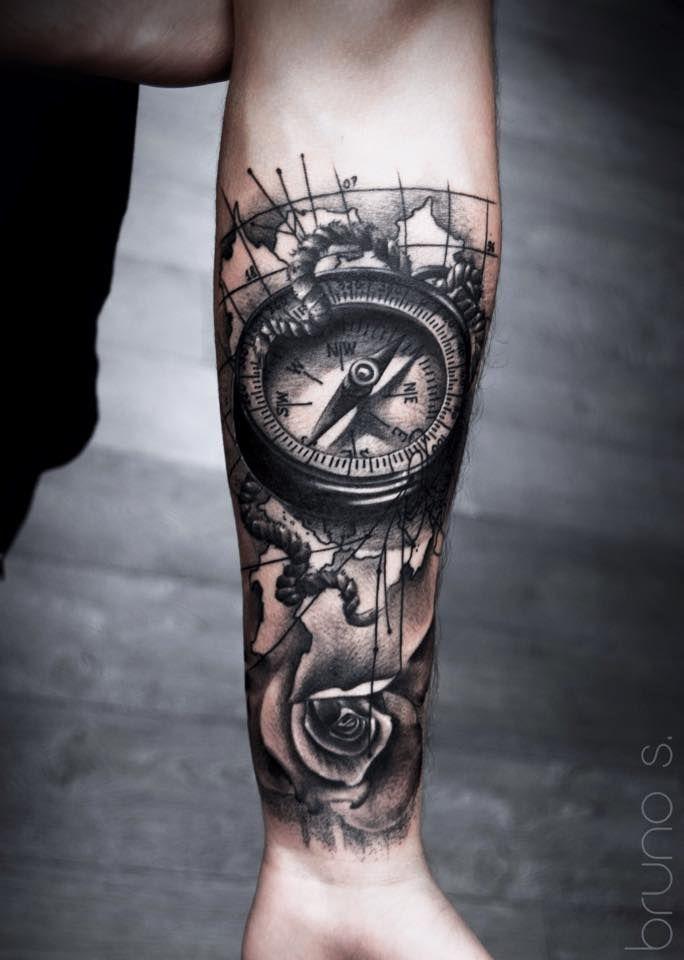 """compass and world map tattoo by Bruno - Não entendo nada de """"tattoos"""", mas essa meu senso estético """"DIZ"""" ser estupenda. A sensação de profundidade, reflexo é de uma qualidade absurda. Feliz quem é dono dessa obra de arte."""