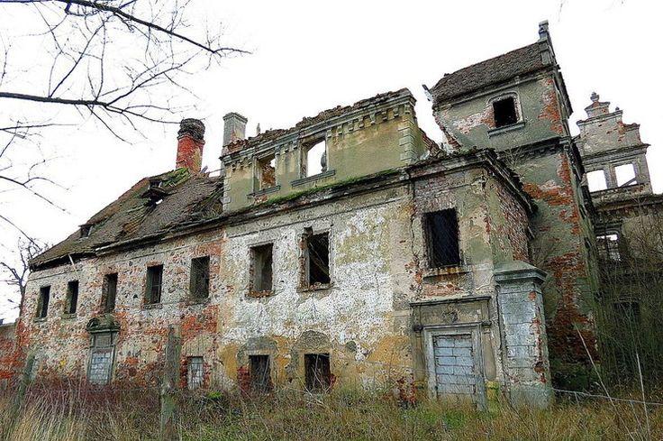 Dziewin (powiat Lubin) Ogołocony z wyposażenia przez Armię Czerwoną i rodzimych szabrowników po II wojnie światowej był wykorzystywany przez PGR na biura, mieszkania i magazyny. Ostatecznie porzucony w latach 60. minionego wieku. Podupadał z roku na rok w rękach agencji rządowych i prywatnego właściciela z Warszawy.