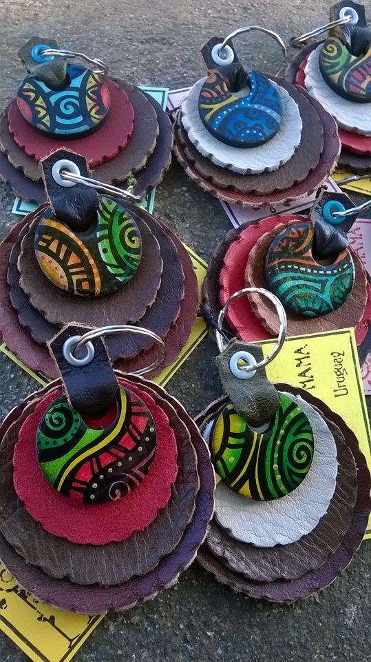 Accesorios PANCHA-MAMA: Llaveros coloridos...pintados a mano,con aplique en cuero.