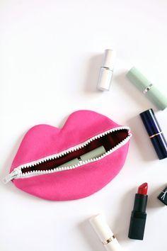 Machen Sie diese gezippte Lippen Tasche für stashing geheime Dinge in Ihre Geldbörse! Klicken durch für Muster + Anweisungen.