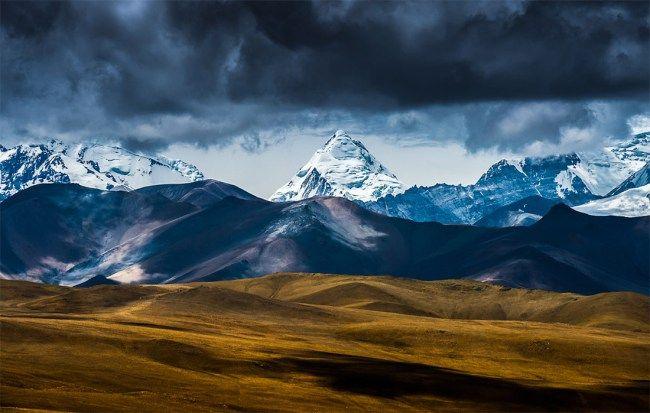 Непокоренный Кайлас — мистика или стечение обстоятельств? http://fito-center.ru/hronika-neobychnogo/neobychnye-yavleniya/66923-nepokorennyy-kaylas-mistika-ili-stechenie-obstoyatelstv.html  Самая высокая гора планеты – Эверест – уже не раз была покорена людьми. Казалось, если человек побывал на высоте 8848 метров, то горы, ниже этой отметки, сдадутся под его натиском достаточно легко. Однако, в одном из самых загадочных регионов мира – Тибете, стоит незыблемая каменная громада, на вершину…