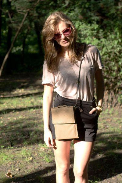 Średniej wielkości torebka z perforowanej skóry w kolorze kawy z mlekiem. Mieści format A5. #beige #summer_bag #summer_fashion #handmade #leather_bag #brown_bag