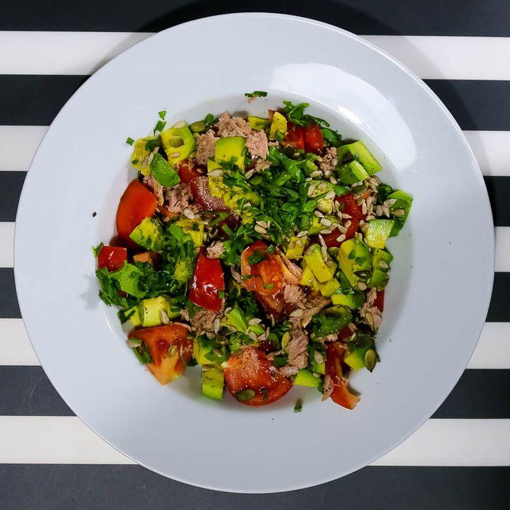 Sałatka z awokado, tuńczykiem i pomidorami