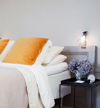 Mäktiga färger i vackert sovrum.