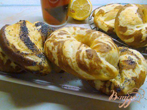 Эффектные булочки-бублики(бейглы) -предварительно перед выпеканием булочки проваривают в содовой воде(получаются :нежные внутри с хрустящей корочкой)