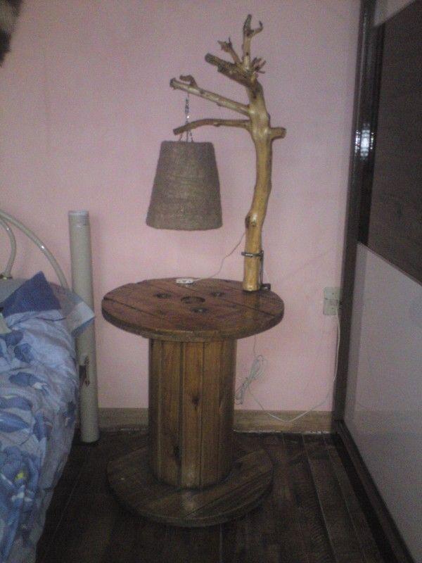 Lampara y Mesa De Noche De Carrete / Branch Lamp & Reel Bedside Table Pallet Desks & Tables