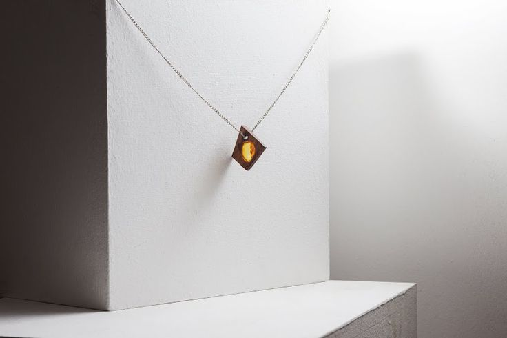 Wood & Amber.  Design by Kao Lin for http://russian-amber.ru  Подвеска из дерева и янтаря.  Автор: Kao Lin для http://russian-amber.ru