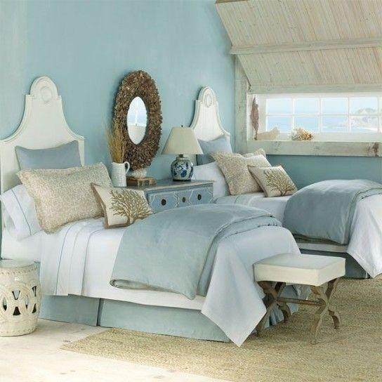 Camera nelle sfumature dell'azzurro - Mobili bianchi e tessuti azzurri per arredare una camera da letto stile marina.