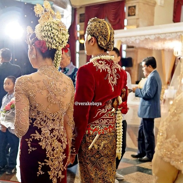 Instagram media by verakebaya - Edna & Amal .... #wedding #weddingday #weddingdress #lace #kebaya #beskap #velvet by #verakebaya ❤️