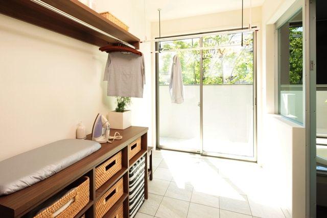 洗濯物を干すスペースと屋外のサービスヤードがある脱衣場。化粧台が廊下にあるため、いつでも気兼ねなく利用できます。