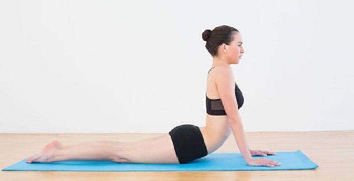 GRAU DE DIFICULDADE BAIXO  - voltando aos poucos. Exercício para costas: Deite-se no chão com as mãos na altura do peito, apoiando as palmas no solo, erga o corpo, mantendo a coluna reta e contraindo os abdômen e esticando bem os pés como na imagem. (manter a postura por 1-3 min de 5-10x)