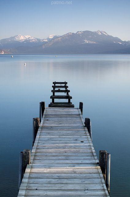Ponton sur le lac d'Annecy avec vue sur les montagnes (France) - phot. Patrick Morand.