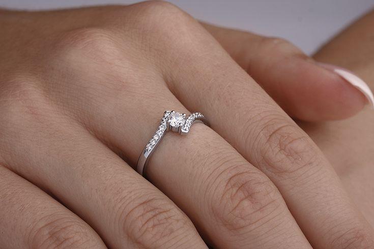 Inel de Logodna Aur Alb 18kt cu un Diamant Rotund Briliant in Centru si Diamante Rotunde Briliant pe Margini - RD295W