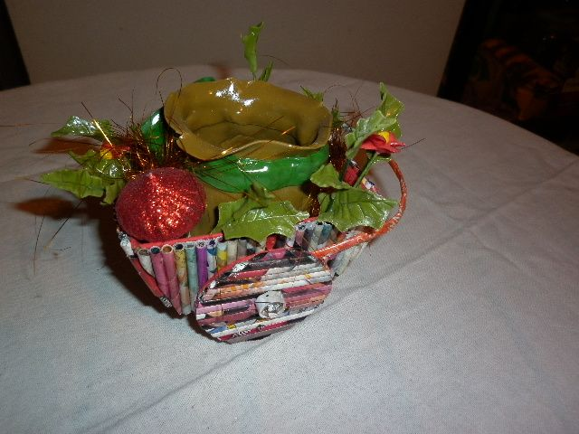 Carrito navideño caramelero trabajado con la técnica en cesteria con periodico