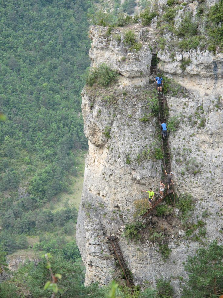 Des échelles pour escalader ces rochers dans les gorges de la Jonte. #causses #cevennes #unesco