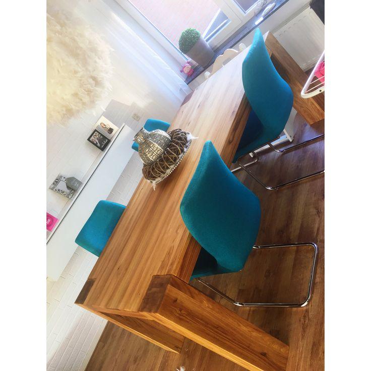 Grote tafel zware poten met blauwe stoelen, hip en warm