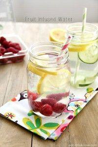 Citroen frambozenwater  Ingrediënten:  1/2 citroen 2 handen frambozen ijsblokjes water