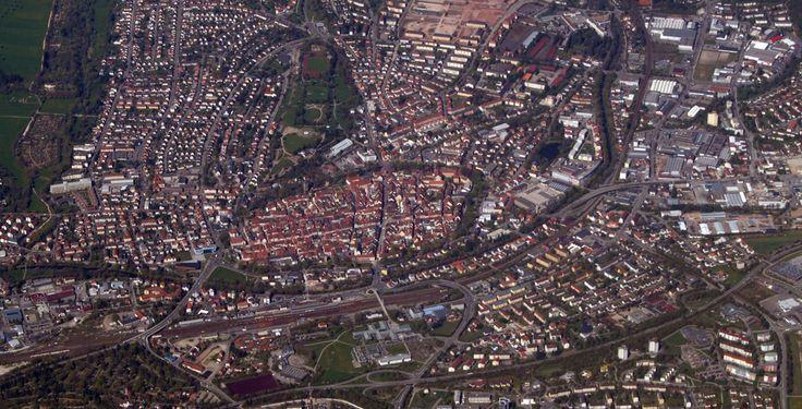 Villingen-Schwenningen (Baden-Württemberg): Villingen-Schwenningen ist eine Mittelstadt im Südwesten Baden-Württembergs mit rund 81.000 Einwohnern. Sie ist Kreisstadt, Hochschulstandort und größte Stadt im Schwarzwald-Baar-Kreis. Villingen-Schwenningen ist das Oberzentrum der Region Schwarzwald-Baar-Heuberg, das höchstgelegene deutsche Oberzentrum und die größte Gemeinde Deutschlands über 700 m NN.  Eine Besonderheit ist der Charakter als Doppelstadt, die sich aus zwei großen Stadtteilen und…