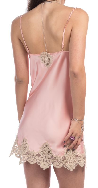 De o delicatețe deosebită, aceste cămășuțe de noapte de tip 'nuisette' sunt împodobite cu dantelă.  Vedere din spate, varianta roz.