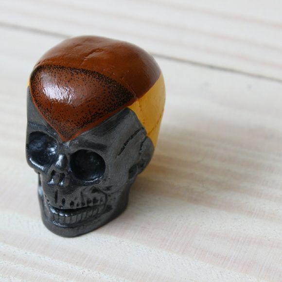 Caveira Chumbo em gesso com pintura em tinta acrílica.    Facebook: NTS art Instagram: nts_art  Email: nts.stencil@gmail.com  Loja online: http://www.elo7.com.br/nts  #arte #art #canvas #decoração #decor #design #pintura #casa  #NTSart #painting #decoration #cerâmica #caveira #objeto #skull