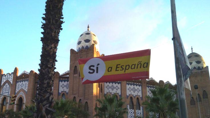 Barcelona amanece con carteles con la bandera española y reclamando el Sí a España