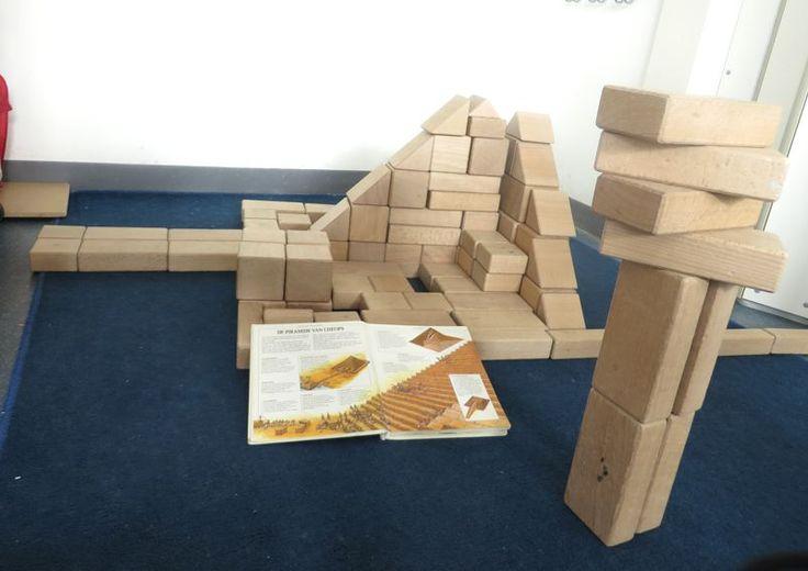 Gebouwen nabouwen in de blokkenhoek, thema kunst, piramide van Cheops voor kleuters, kleuteridee.nl , Make the building in the block area.