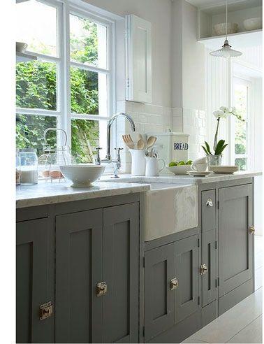 Meubles de cuisine peints en gris taupe, grand bac évier blanc, peinture murale blanc satin.