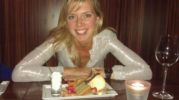 Dit ben ik tijdens mijn favoriete bezigheid: lekker uit eten met vrienden!
