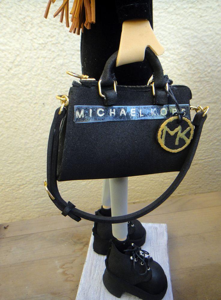 Detalle de un bolso de Michael Kors de una fofucha adolescente. www.misuenyo.com / www.misuenyo.es