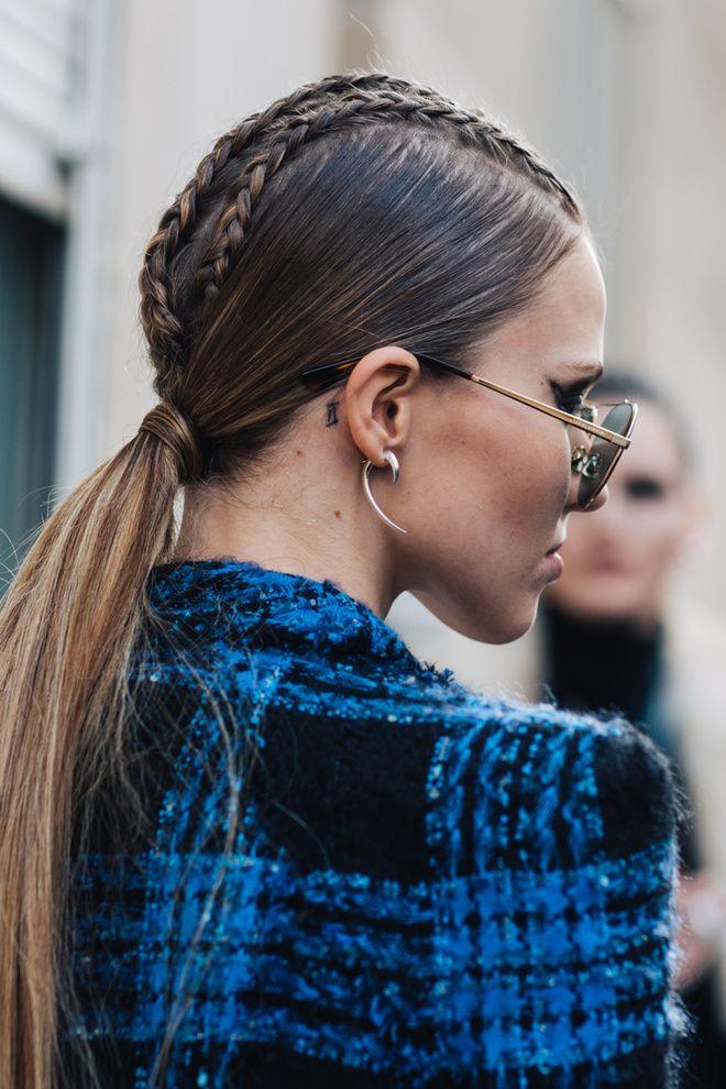 Street style à la Fashion Week automne-hiver 2017-2018 de Paris : queue de cheval basse et tresses Sasha Luss