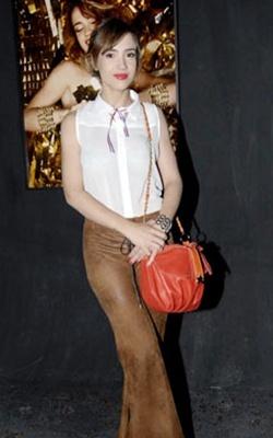 Celeste Cid combinó las prendas más trendy de esta temporada en un outfit marcado por un estilo bien personal. Musculosa tipo camisita blanca y pantalón oxford en un tono amarronado conformaron una combinación perfecta. ¿Ustedes qué opinas?