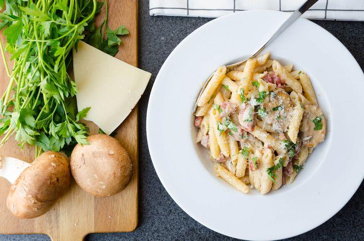 Krämig pasta med korv och champinjoner