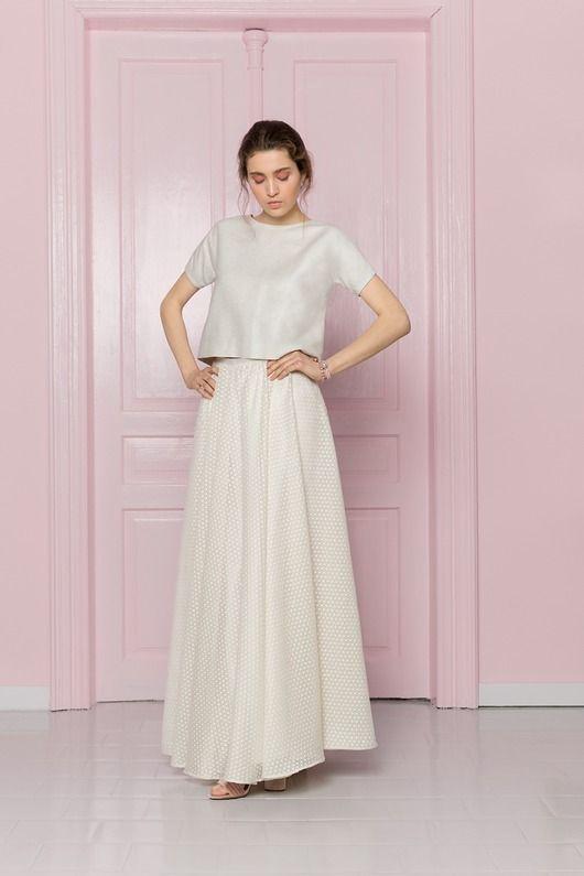 5a7d514a85 Delikatna spódnica w stylu rustykalnym wykonana jest z transparentnej  tkaniny w lniane kółeczka. Modelka na