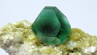Fluorita (CaF2): esta bela pedra verde pode ser muito perigosa. Ela contém flúor, um mineral solúvel que se concentra em águas subterrâneas e que pode se espalhar pelo ar. Em excesso, ele causa fluorose, enfraquecendo ossos e articulações. Muitas comunidades rurais na Índia, China e sudeste asiático sofreram com surtos da doença.