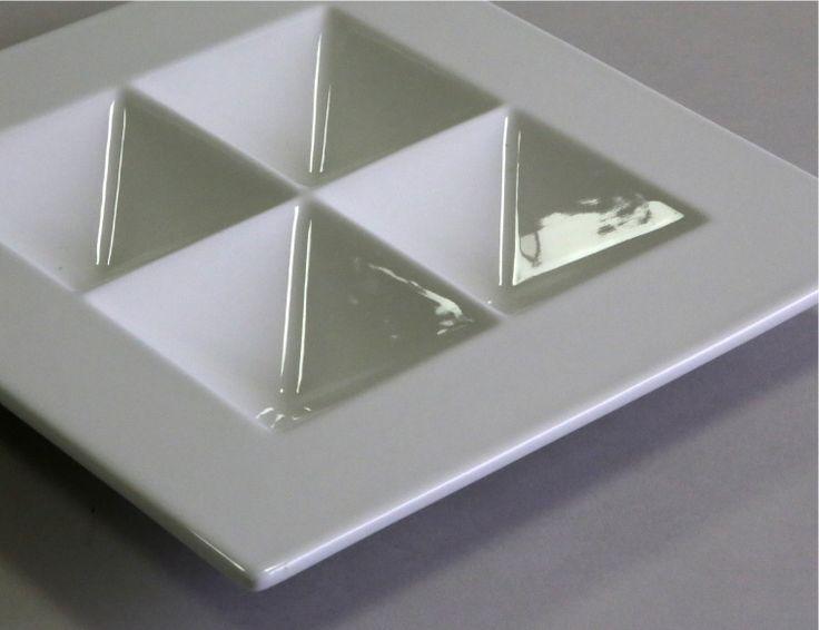 Front   ピラミッド L 斬新なデザインが特徴的なお皿 ピラミッドMONOGOCOTI
