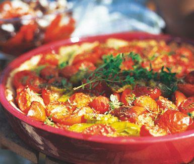 En strålande vacker paj att ta med sig på picknicken eller servera på sommarbuffén. Den goda blandningen av tomater, basilika, vitlök, pajdeg, sås och färsk timjan gör den här pajen till en succé!
