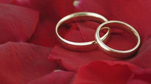 Viete, prečo sa nosia obrúčky práve na ľavom prstenníku? Tento romantický dôvod vás dojme k slzám!