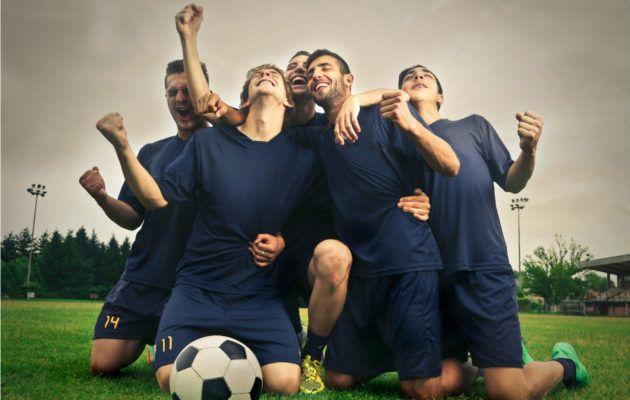 Kaarina Hazardin kolumnissa ruoditaan sitä, voiko jalkapalloa selostaa naisen äänellä ja naamalla ja ilman aataminomenaa.