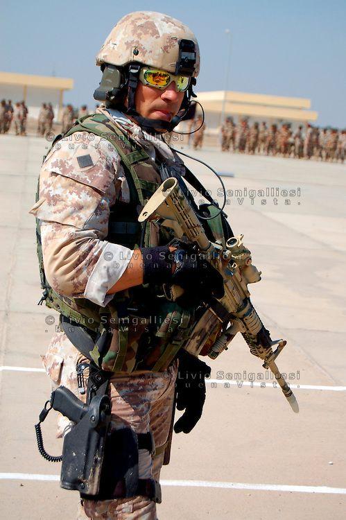 IRAQ-Un incursore del 9° Reggimento d'assalto paracadutisti 'Col Moschin' fotografato nella base di Camp Mittica..Il Col Moschin è l'unico reparto di forze ...