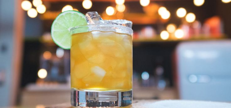 AMARETTO SOUR  INGRÉDIENTS  1.5 oz (45 ml) de Disaronno Amaretto 0.5 oz (15 ml) de jus de citron frais Une c. à thé de sucre granulé Glaçons concassés Rondelle de lime pour décorer