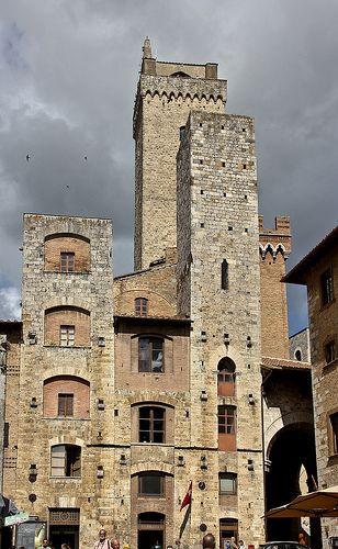 San Gimignano - Torri degli Ardinghelli - dietro laTorre Grossa - la più alta delle torri rimaste