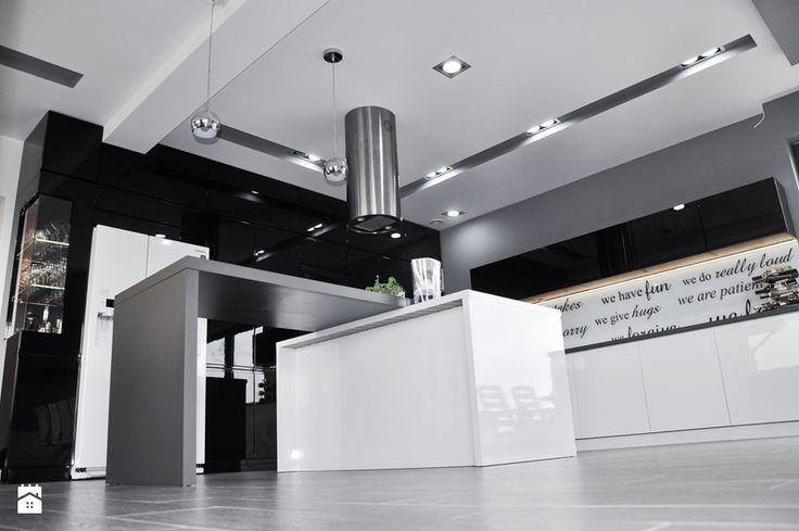 czarno-biało-szara kuchnia i dużo połysku Kuchnia - zdjęcie od Am Design Studio projektowania wnętrz