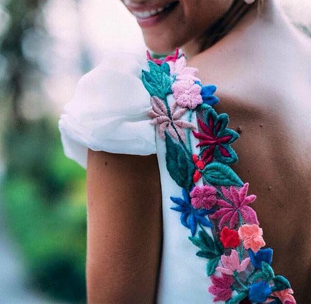 No me gusta la floral llega en trajes de novias. Son muy bonita pero no son para una boda. El traje de novia es el máximo bonita cosa en el mundo. La floral llega no es el máximo bonita cosa en el mundo.